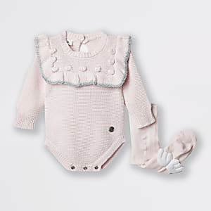 Baby-Outfit in Rosa mit Bommeln