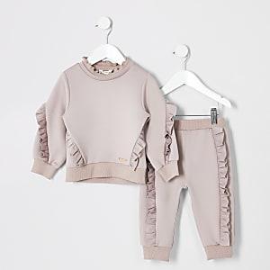 Outfit mit pinkem Pullover mit Rüschen
