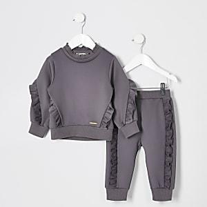 Outfit mit grauem Pullover mit Rüschen