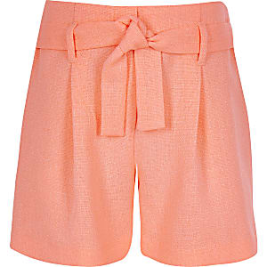 Shorts in Koralle mit Gürtel