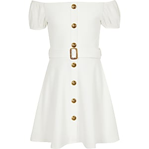 Weißes Bardot-Kleid mit Gürtel