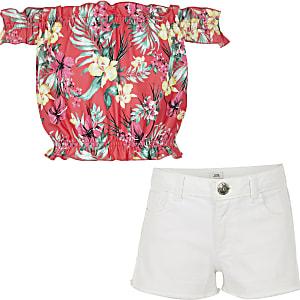 Outfit mit pinkem, bedrucktem Bardot-Oberteil und Shorts