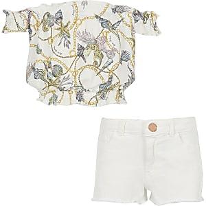 Outfit mit weißem, bedrucktem Bardot-Oberteil