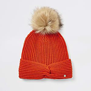 Rote Mütze mit Kunstfellbommel und verdrehter Vorderseite für Mädchen