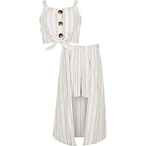 Outfit met beige gestreepte crop top en skort voor meisjes