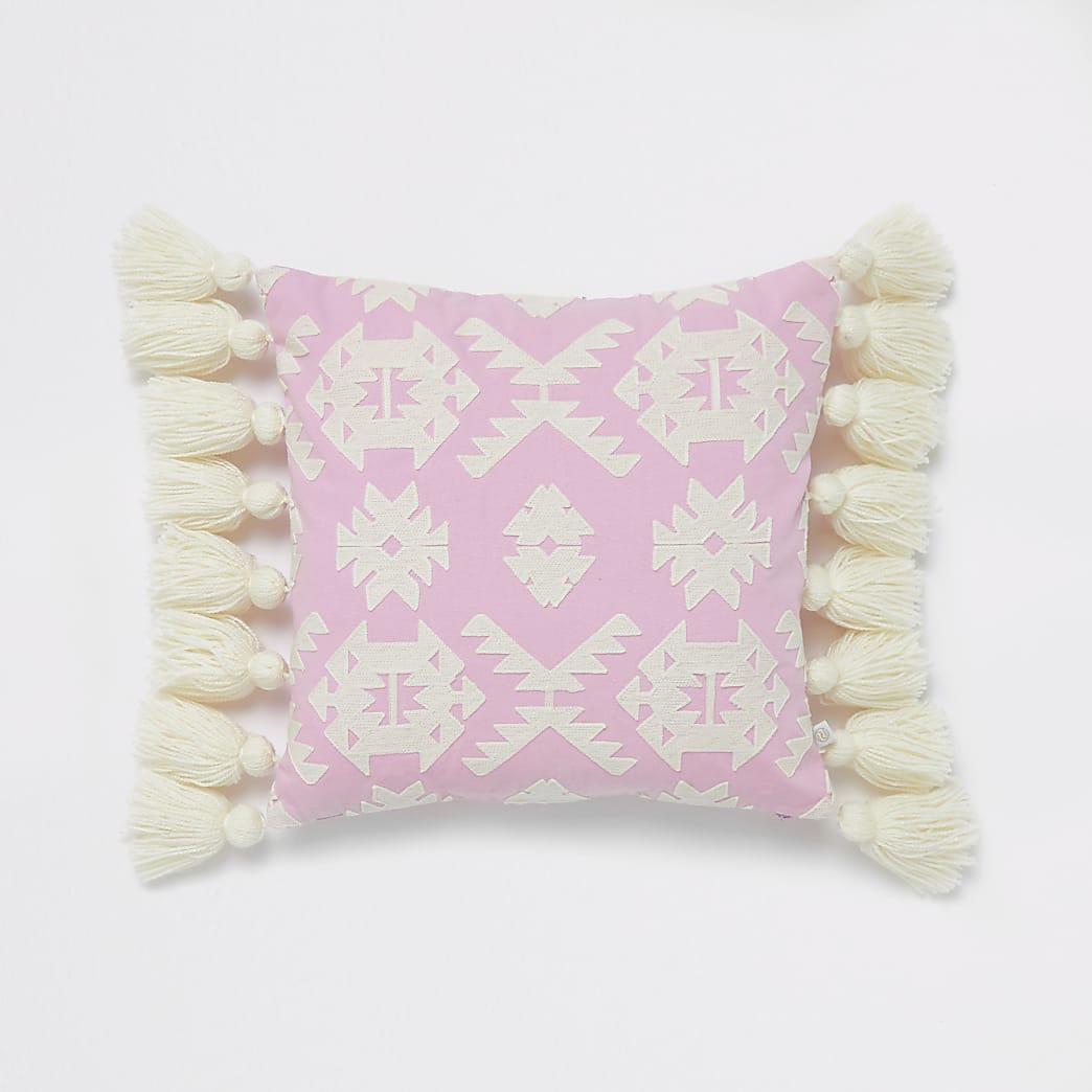 Roze kussen met kwastje en geometrisch borduursel