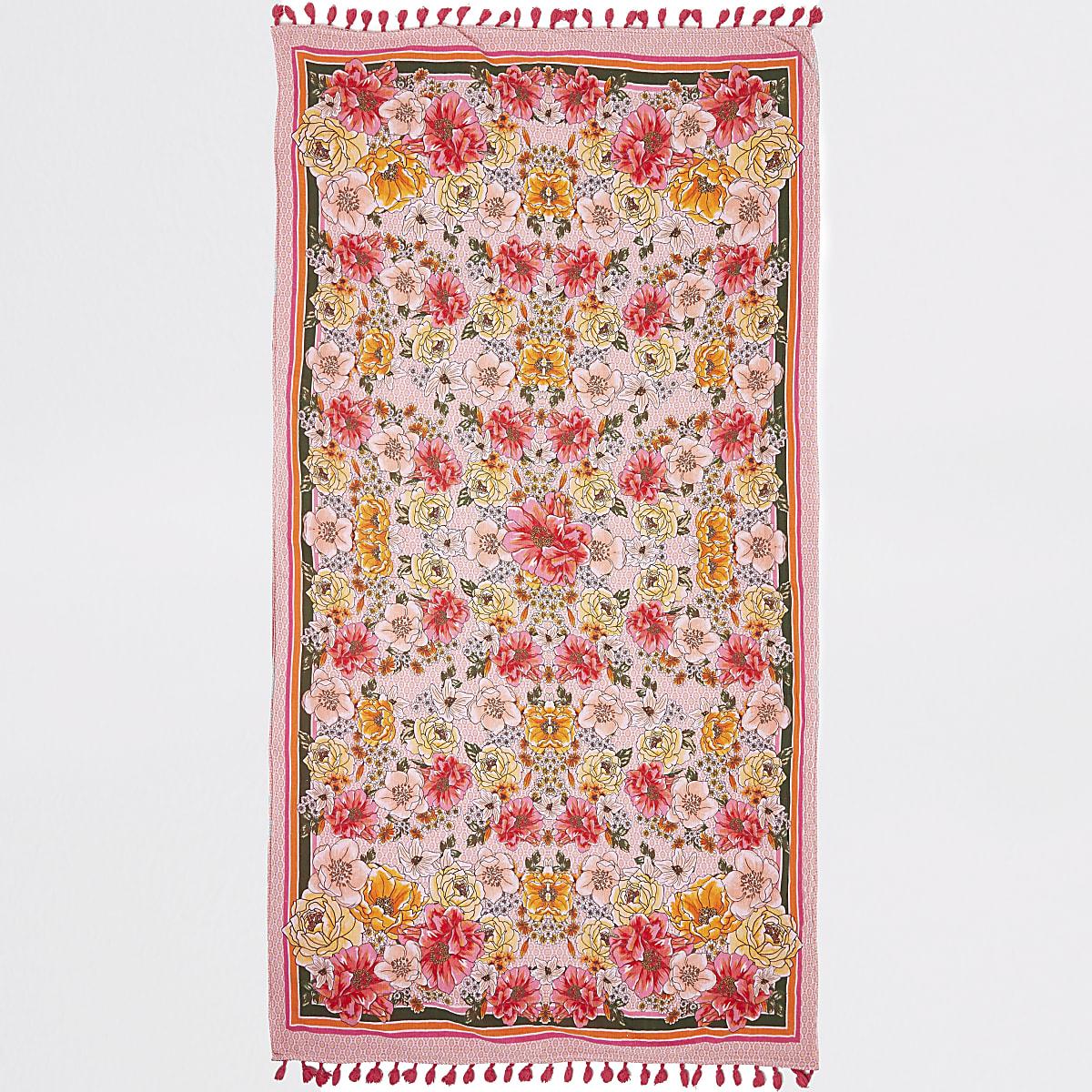 Roze lichtgewicht handdoek met bloemenprint en kwastjes