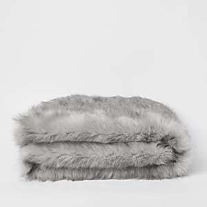 Couverture en fausse fourrure grise avec tête de panthère sur l'envers
