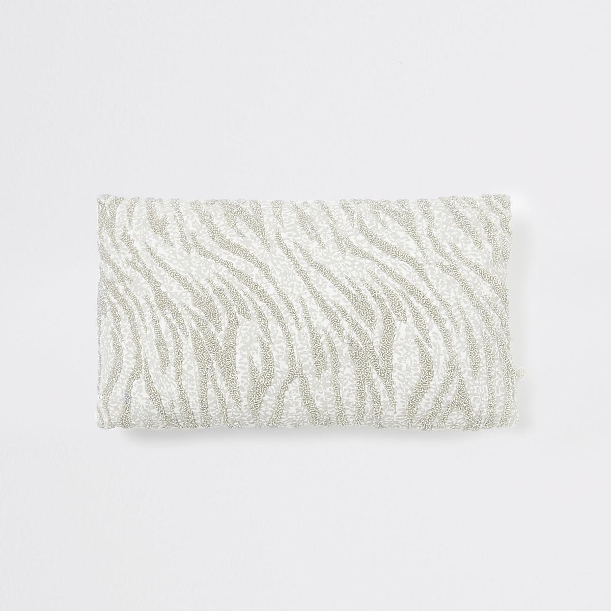 Zilverkeurig kussen met zebraprint en kralenborduursel