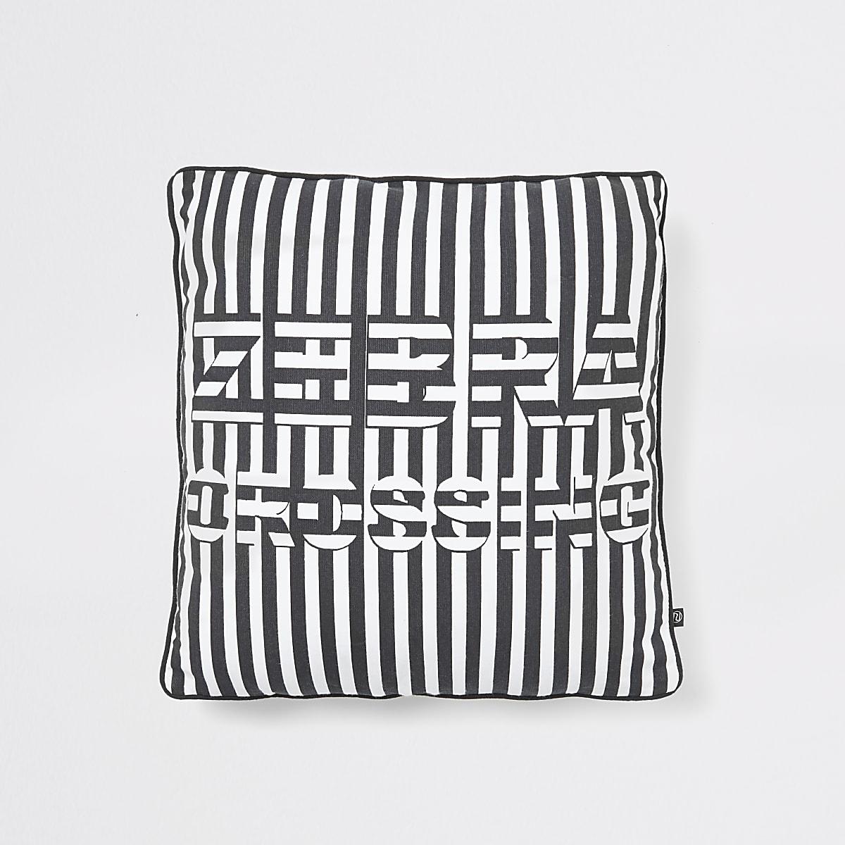 Zwart kussen met 'Zebra Crossing'-slogan