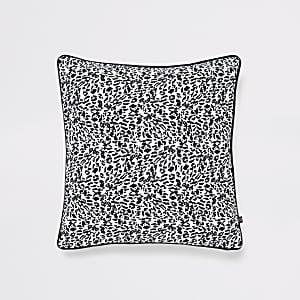 Weiße Kissenhülle mit Leoparden-Print
