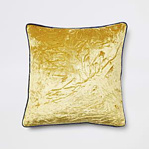 Geel kussen van geruwd fluweel