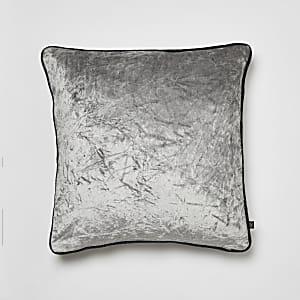 Coussin gris en velours froissé