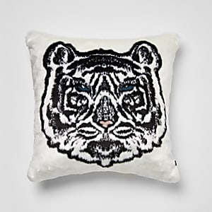 Wit kussen met imitatiebont en tijgerprint