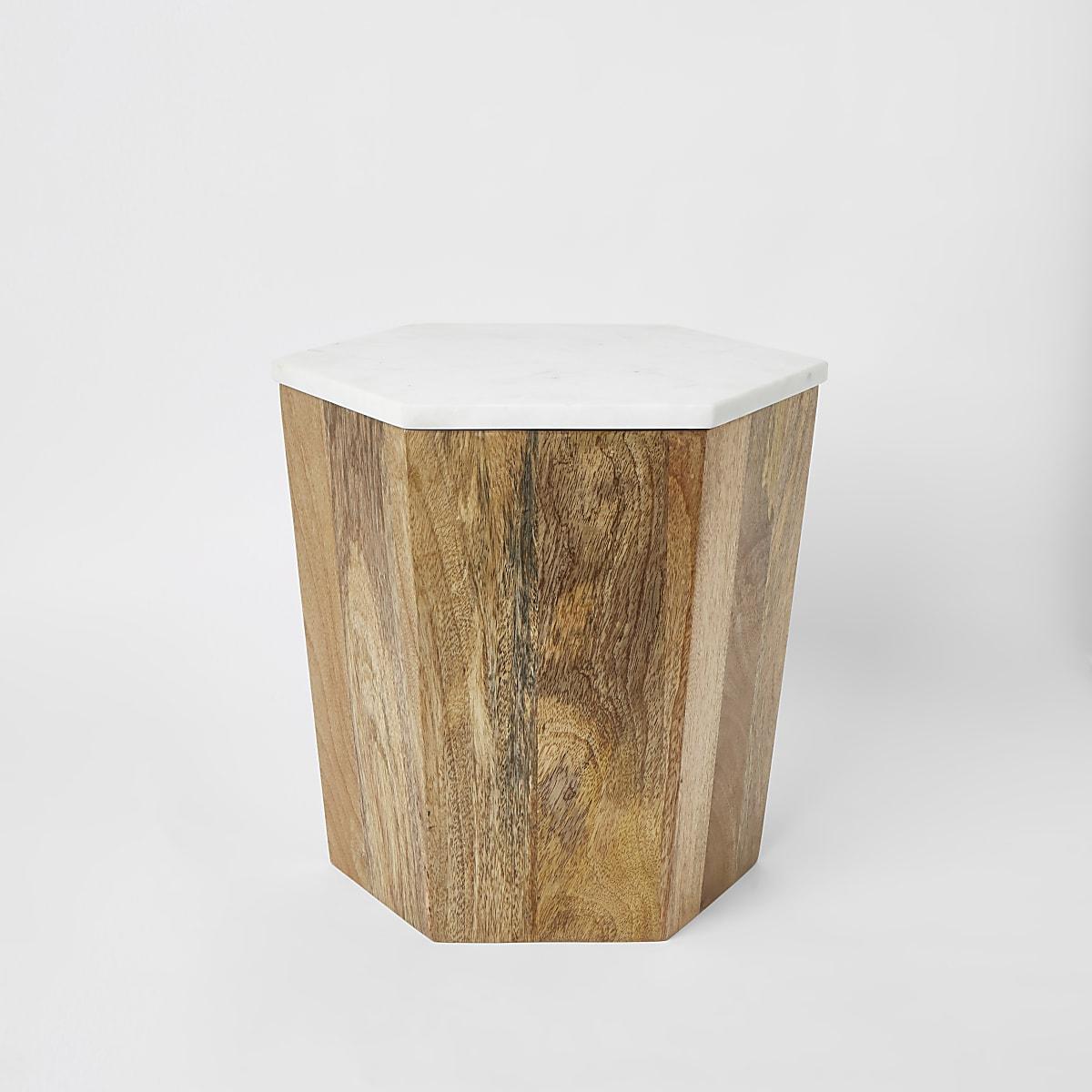 Kleine houten tafel met wit marmeren blad