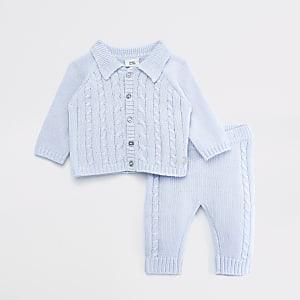 Blaues Outfit mit durchgeknöpfter Strickjacke