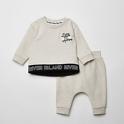 Baby cream 'Little hero' sweatshirt outfit