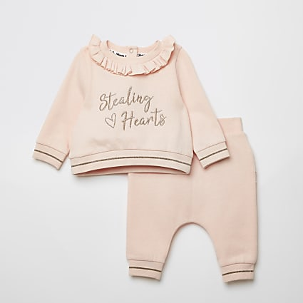 Baby pink 'Stealing hearts' sweatshirt outfit