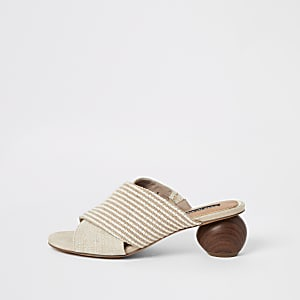 Beige sandalen met hoge houten hak en gekruiste banden