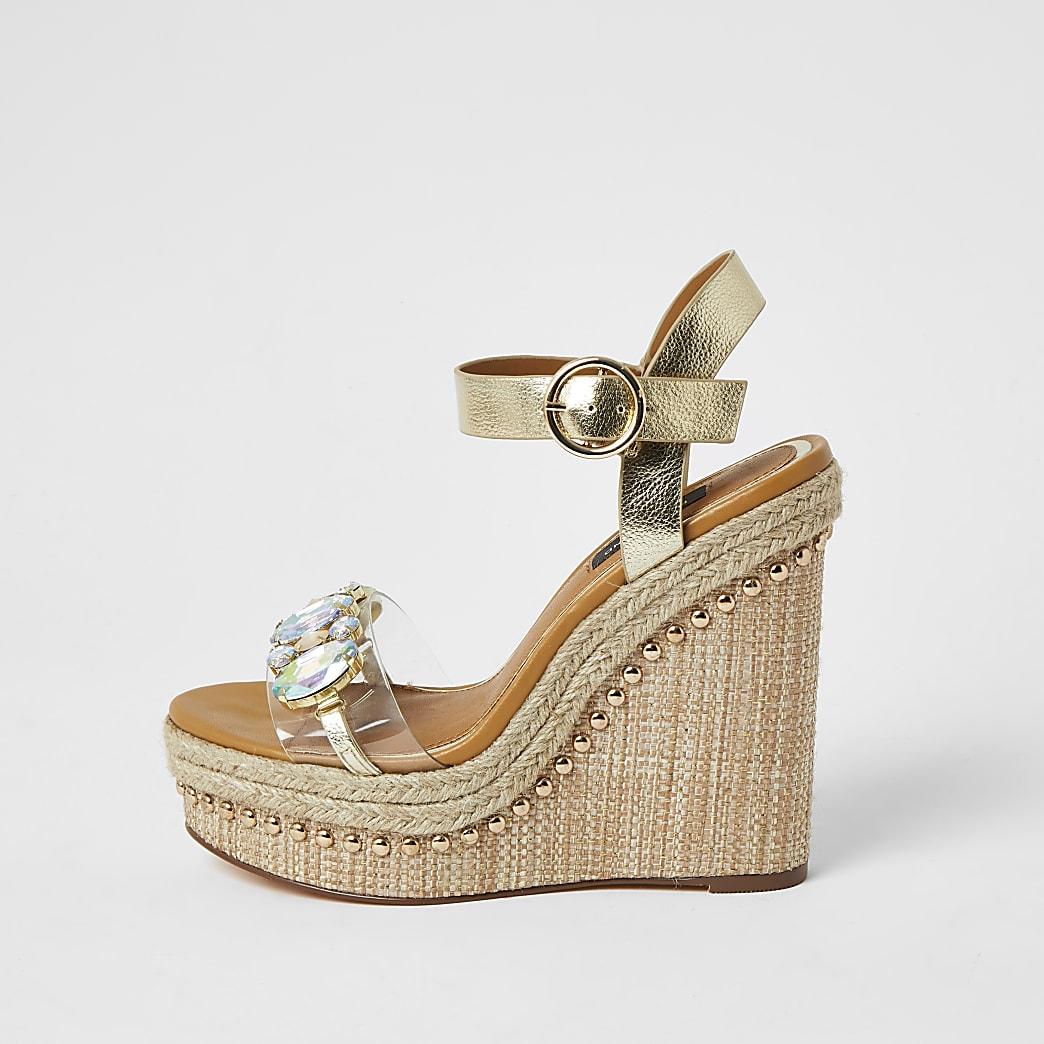 Nietenbesetze Keilabsatz-Sandalen in Gold mit weitem Schaft