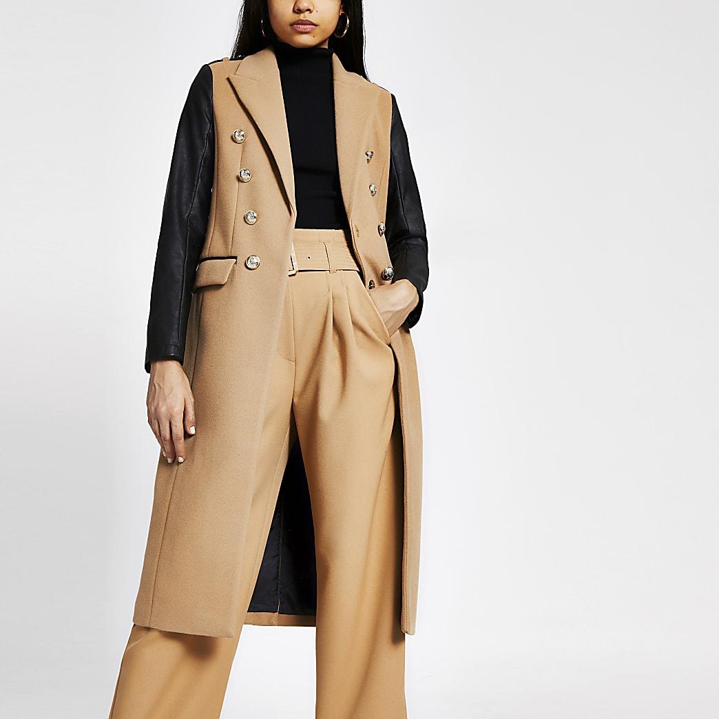 Manteau long beige avec manches en cuir synthétique
