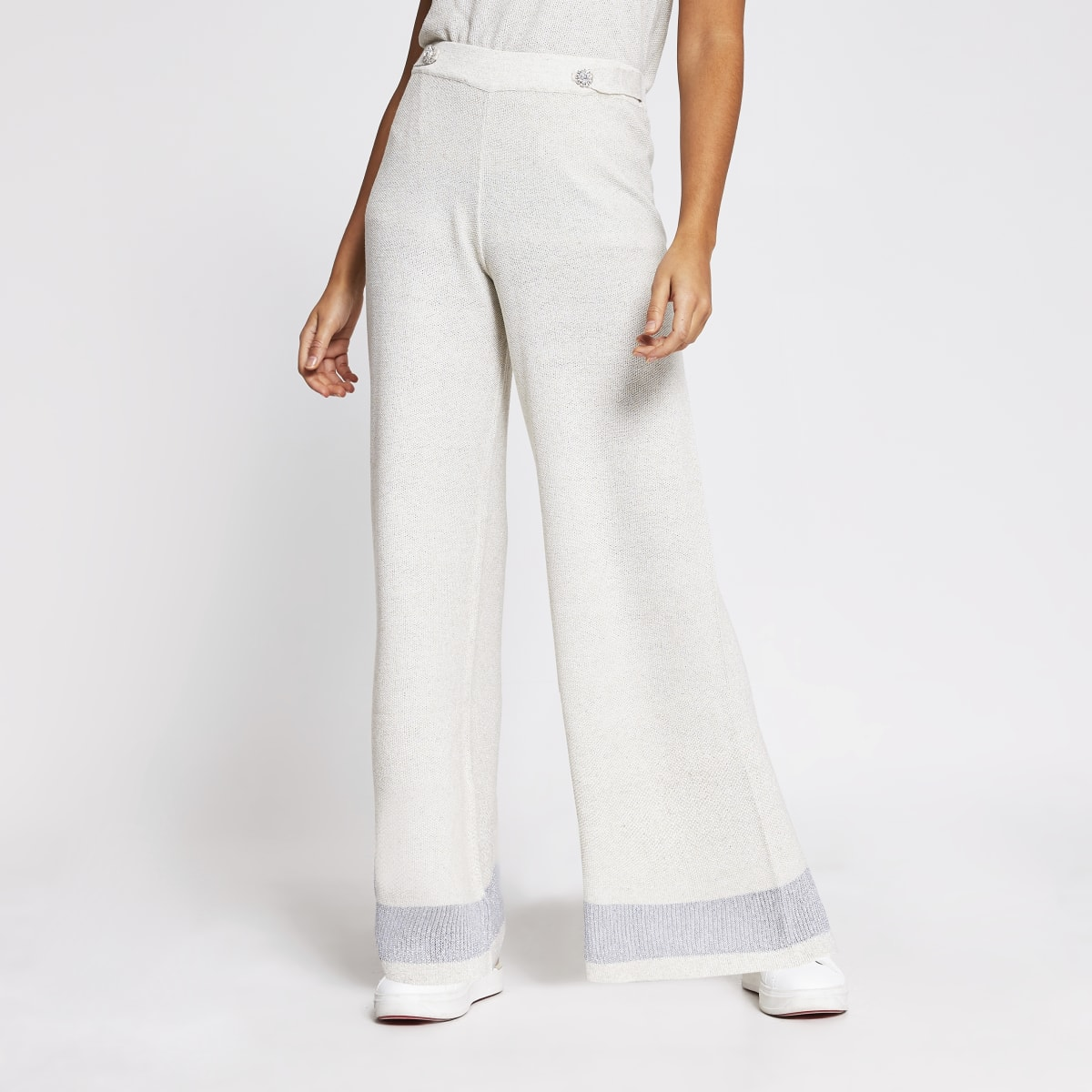 Beige Hose mit weitem Beinschnitt und Frontknöpfen