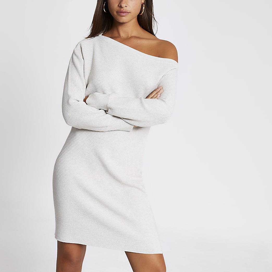 Beige gebreide mini-jurk met ontblote schouder