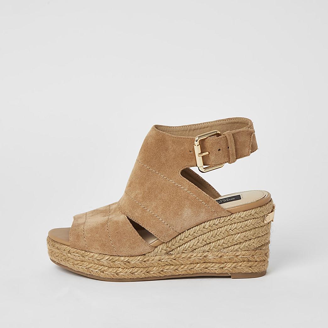 Beige Sandale mit Keilabsatz, weitem Schaft und offener Zehenkappe