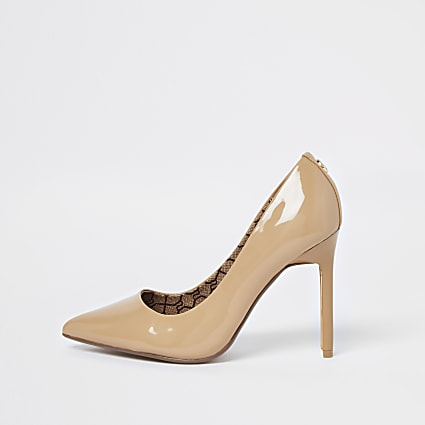Beige pointed toe patent court heels