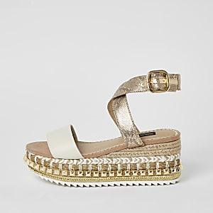 Beige Sandalen in weiter Passform mit Keilabsatz und Nieten