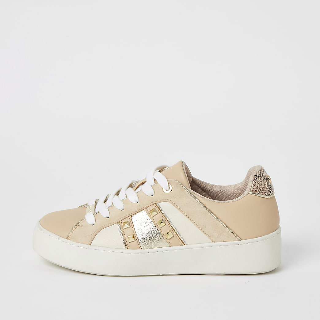 Beige, nietenverzierte Sneaker