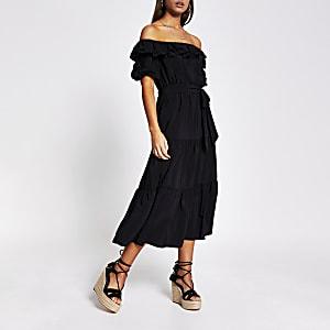Zwarte midi-jurk met bardothalslijn en ruches