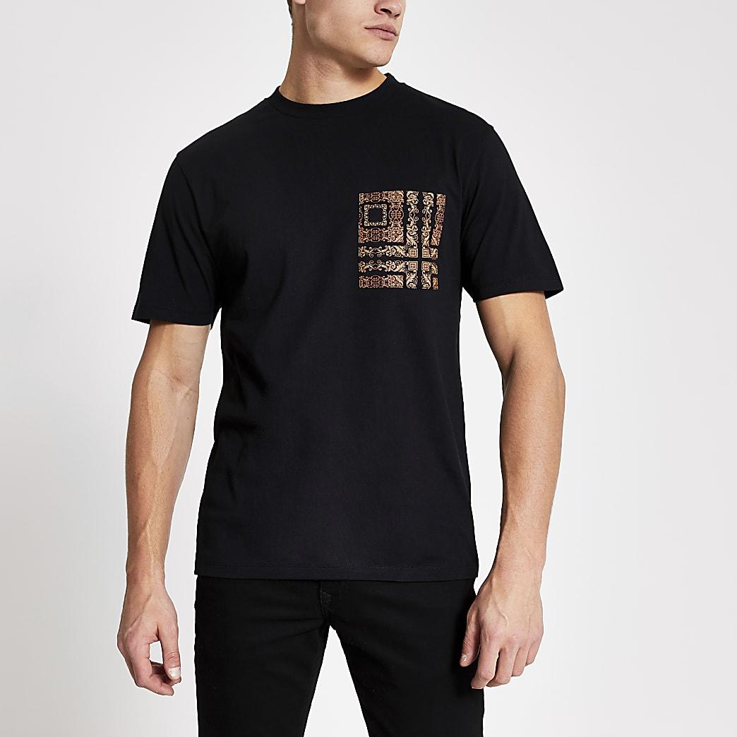 Schwarzes Slim Fit T-Shirt mit Brusttasche mit Barock-Print