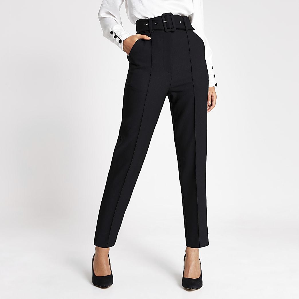 Zwarte smaltoelopende broek met ceintuur en hoge taille