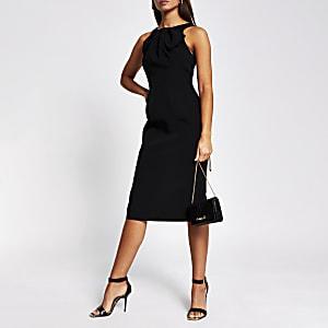Zwarte aansluitende midi-jurk met uitsnede en strik om hals