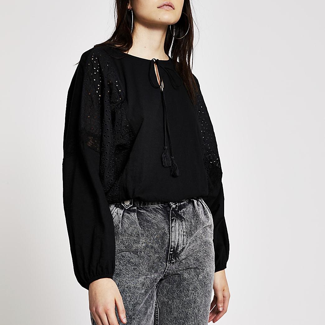 Zwarte blouse met langebroderie vleermuis mouwen