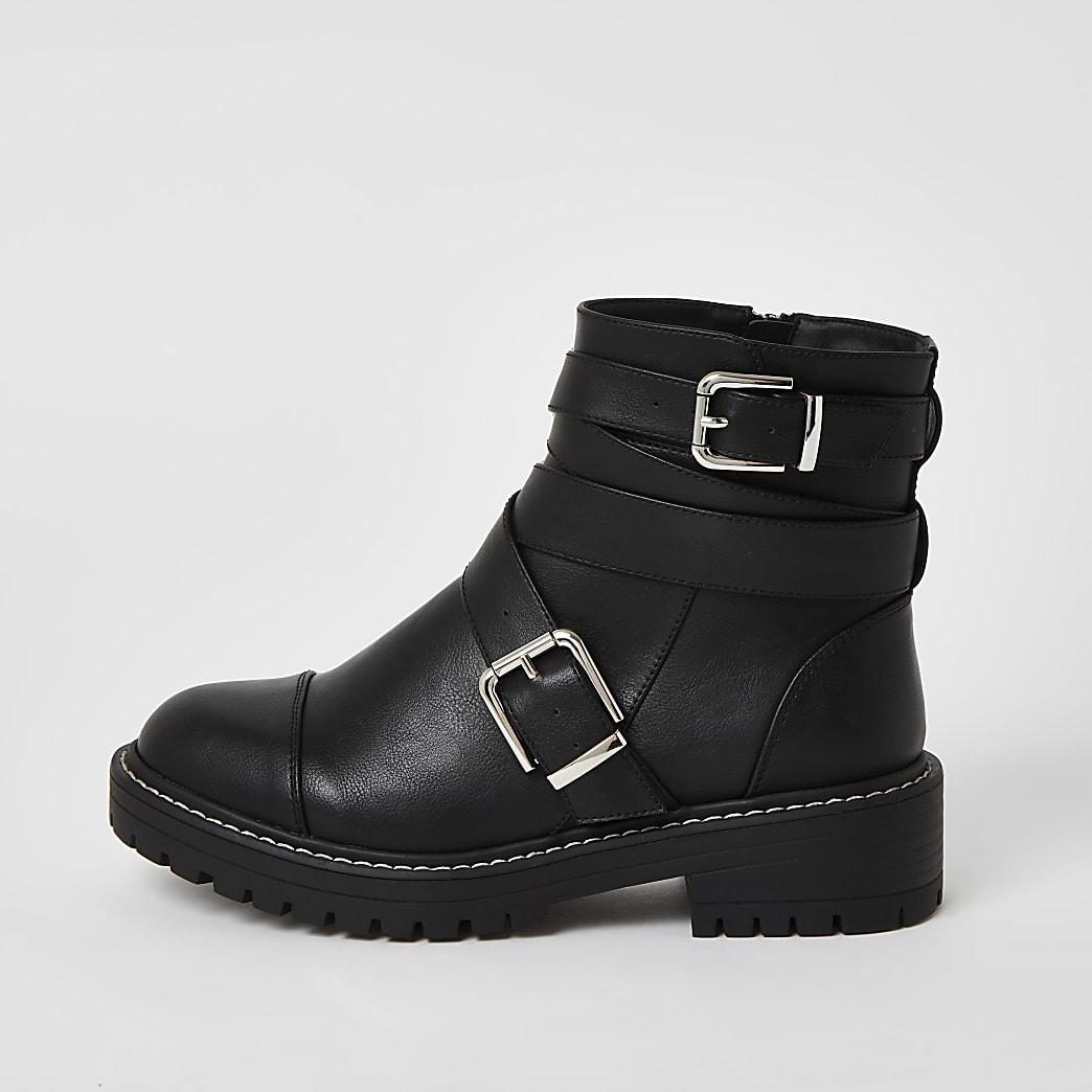 Klobige Stiefeln  in Schwarz und mit weitem Schaft und Schnallenriemen