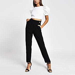 Zwarte geplooide tapstoelopende broek met knoop