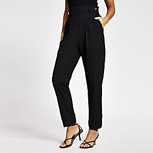 Zwarte geplooide tapstoelopende broek met knoop op taille