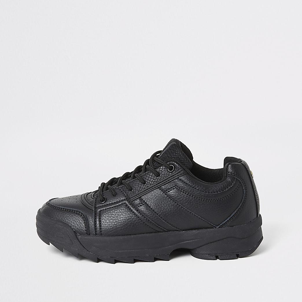 Grobe, schwarze Sneaker zum Schnüren