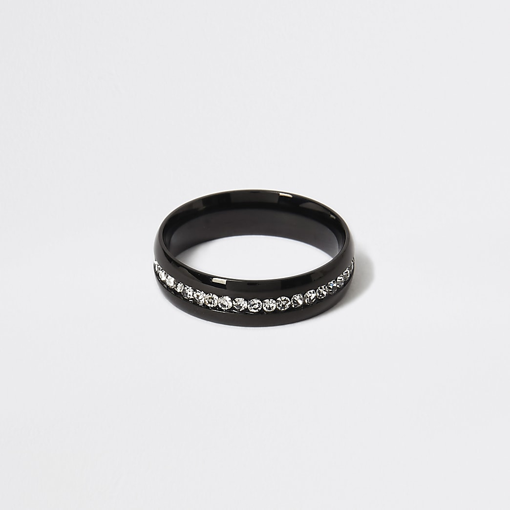 Zwarte ring verfraaid met siersteentjes
