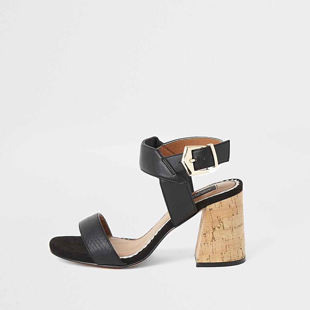Schwarze, weit geschnittene Sandalen mit Blockabsatz aus Kork