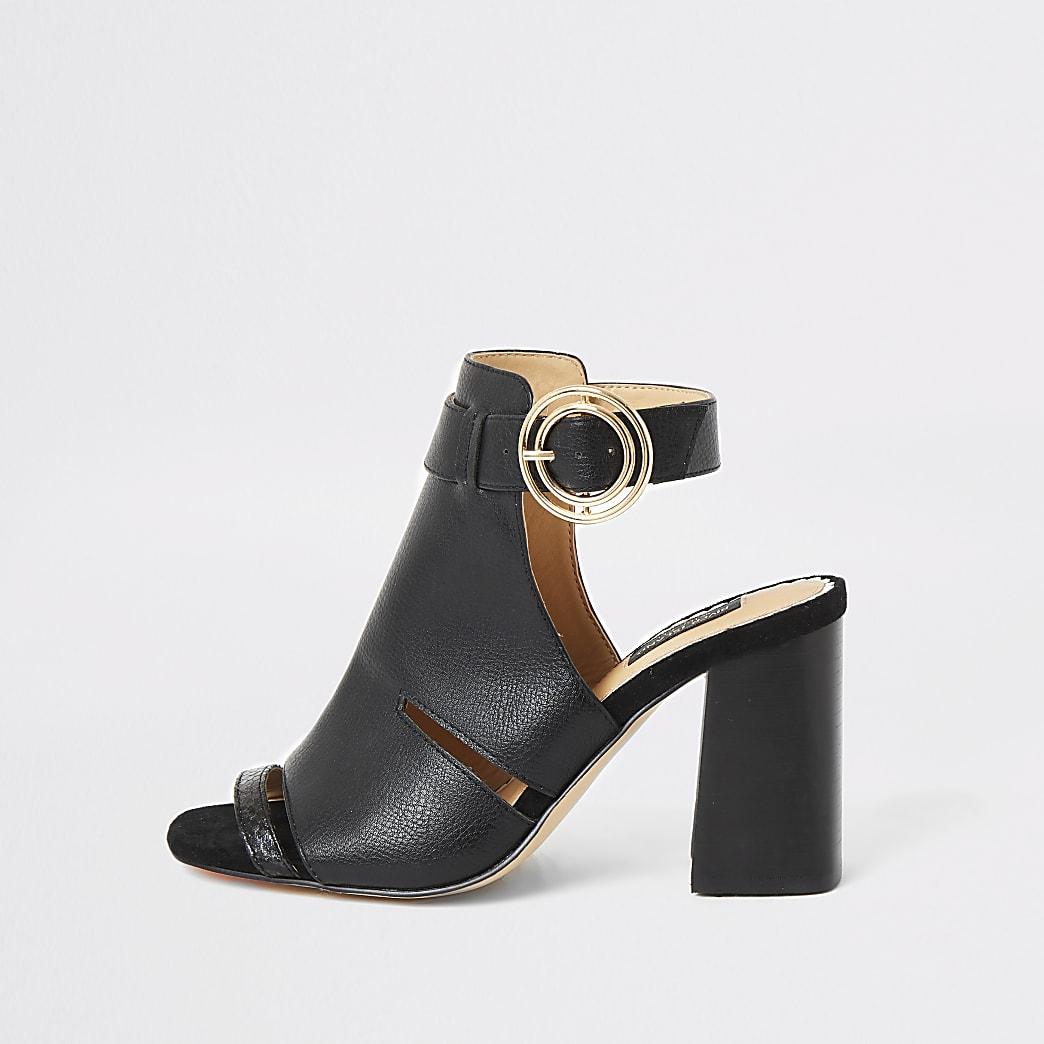 Schwarze, weit geschnittene Stiefelchen mit offener Zehe und Absatz