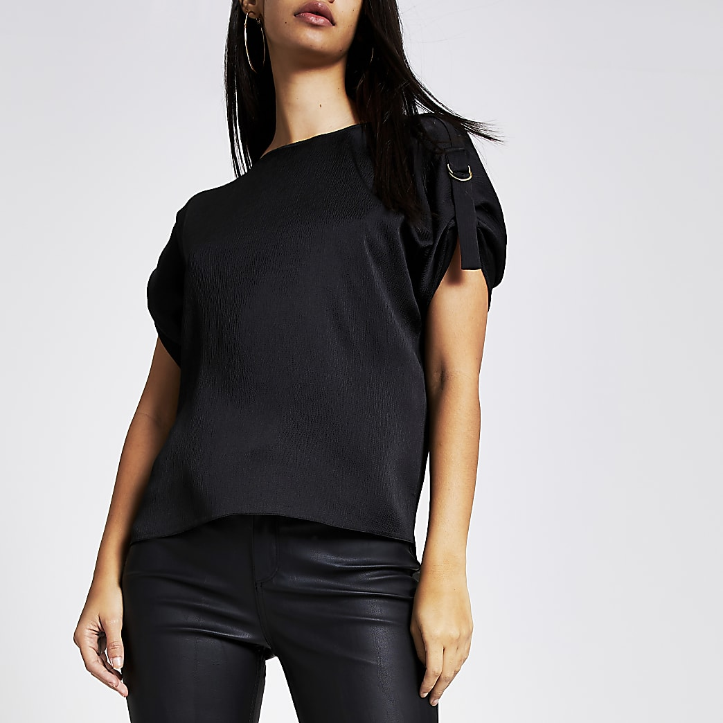 Black D-ring shoulder short sleeve T-shirt