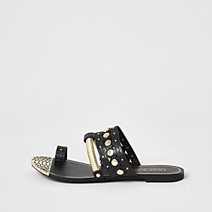 Nietenbesetzte Sandalen in Schwarz mit Zehenring