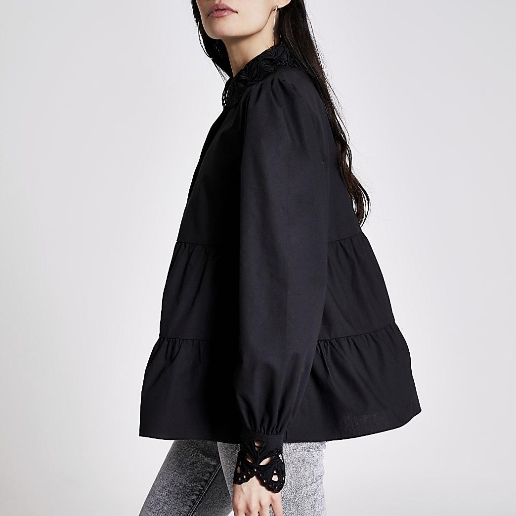 Gesmokte schwarze Bluse mit besticktem Kragen