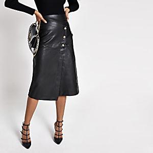 Jupe trapèze courte et boutonnée en cuir synthétique noir