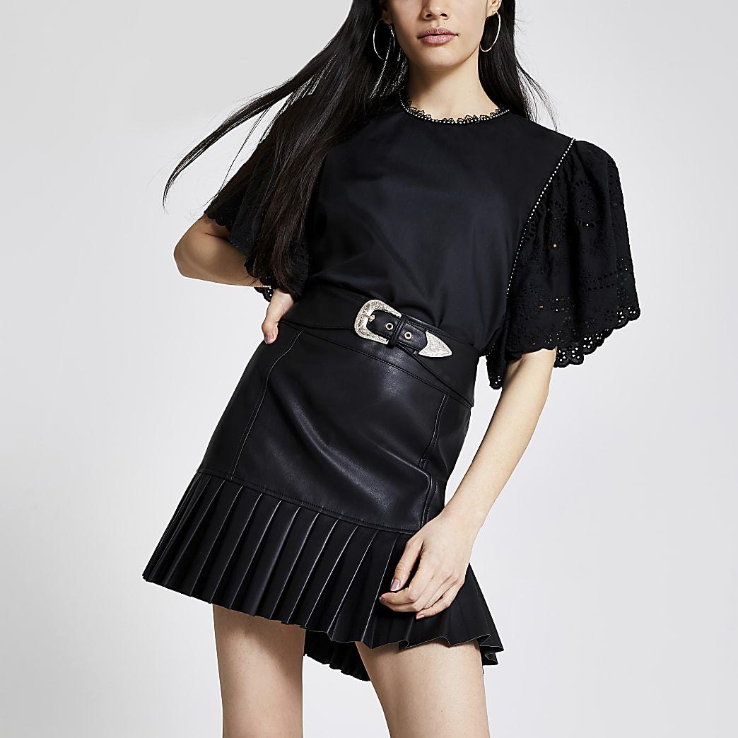 Schwarzer Minirock mit plissiertem Schößchen aus Kunstleder