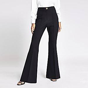 Schwarze Hose mit weit ausgestelltem Hosenbein