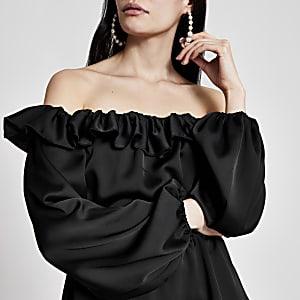 Schwarze, langärmlige Bardot-Bluse mit Rüschen